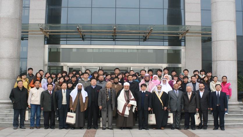 في الصين أمام إحدى الجامعات