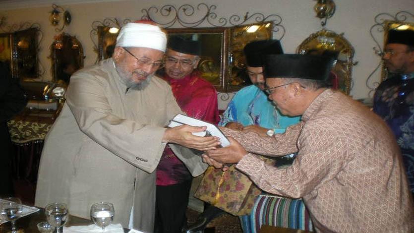 اهداءات من كتب فضيلته خلال رحلة إلى إندونيسيا