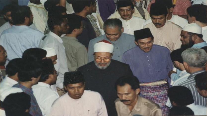 في ماليزيا ويظهر في الصورة الأستاذ أنور إبراهيم