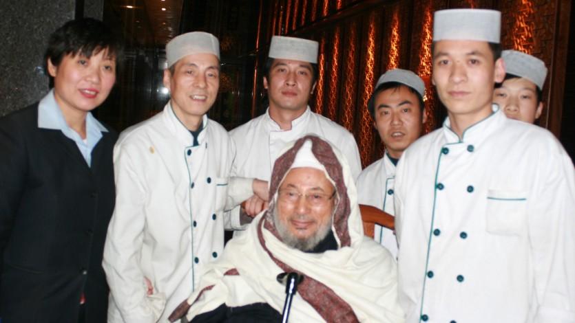 مع عاملين بالفندق خلال زيارة للصين