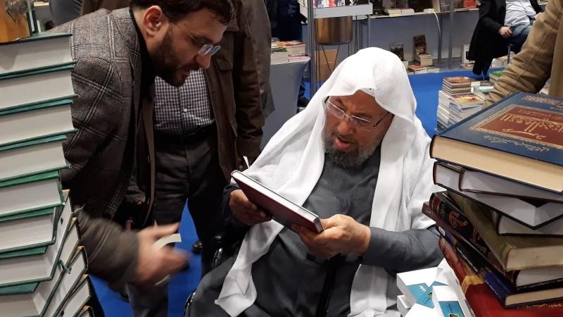 الشيخ القرضاوي يزور معرض الكتاب