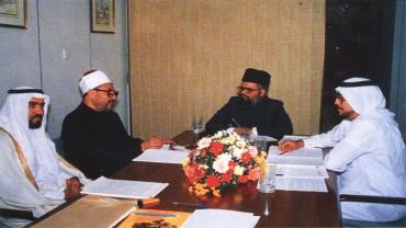 مع فضيلة الشيخ محمد تقي عثماني (مفتي باكستان الحالي) والشيخ عبد الرحيم آل محمود (يسار) والأستاذ نبيل نصيف