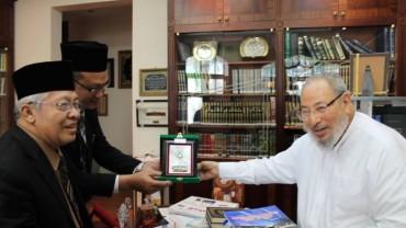تكريم من وفد الجامعة الإسلامية الحكومية بإندونيسيا