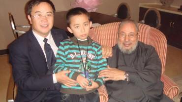 مع طفل ووالده من مسلمي آسيا